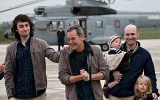 Οι δημοσιογράφοι Ντιντιέ Φρανσουά (Κ) και Νικολά Ενέν, κατά την επιστροφή τους σε γαλλική στρατιωτική βάση.