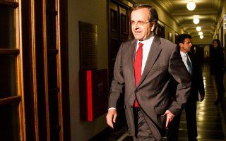 Ο Αντώνης Σαμαράς κατά την έξοδό του από το υπουργικό συμβούλιο.