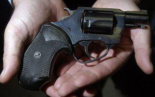 Το 38άρι πιστόλι με το οποίο ο Μαρκ Ντέιβιντ Τσάπμαν σκότωσε τον Λένον το 1980. Η φωτογραφία είναι από την 25η επέτειο θανάτου του θρυλικού «σκαθαριού».