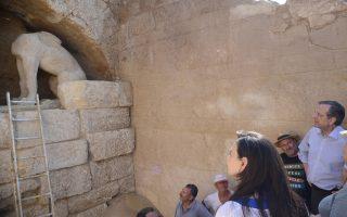 (Ξένη Δημοσίευση) Ο πρωθυπουργός Αντώνης Σαμαράς (3Δ), συνοδευόμενος από τη σύζυγό του Γεωργία (Α) και τον υπουργό Πολιτισμού, Κώστα Τασούλα (Δ), ξεναγείται στον χώρο της εξελισσόμενης αρχαιολογικής ανασκαφής  στον λόφο Καστά,  την Τρίτη 12 Αυγούστου 2014, στην Αρχαία Αμφίπολη. Οι ανασκαφές που διεξάγονται στον μοναδικό μνημειακό περίβολο του Τύμβου Καστά, στην Αρχαία Αμφίπολη, εικάζεται ότι βρίσκονται κοντά στην αποκάλυψη ενός σημαντικού τάφου.  Κατά τη διεξαγωγή των ανασκαφών αποκαλύπτεται ένας μοναδικός ταφικός περίβολος στον κόσμο, λόγω του μεγέθους του, που αγγίζει τα πεντακόσια περίπου μέτρα, με ακριβείς αναλογίες ύψους τριών μέτρων και συνολικού μήκους 497 μέτρων, που χρονολογείται στο τελευταίο τέταρτο του 4ου αι. π.Χ. ΑΠΕ- ΜΠΕ/ ΓΡΑΦΕΙΟ ΤΥΠΟΥ ΠΡΩΘΥΠΟΥΡΓΟΥ/ΓΟΥΛΙΕΛΜΟΣ ΑΝΤΩΝΙΟΥ