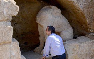 Ο πρωθυπουργός Αντώνης Σαμαράς,  ξεναγείται στον χώρο της εξελισσόμενης αρχαιολογικής ανασκαφής  στον λόφο Καστά στην Αρχαία Αμφίπολη.