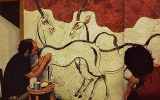 Σαντορίνη, 1967: O Tάσος Μαργαριτώφ (αριστερά) ανέλαβε την επιστημονική συντήρηση των περίφημων τοιχογραφιών του Ακρωτηρίου.