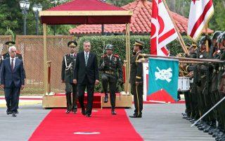 Προκλητικός έναντι Αθήνας και Λευκωσίας εμφανίσθηκε χθες ο πρόεδρος της Τουρκίας Ρετζέπ Ταγίπ Ερντογάν, ο οποίος, επισκεπτόμενος τα Κατεχόμενα, έδωσε δείγμα της στάσης που θα ακολουθήσει στο Κυπριακό. Ο κ. Ερντογάν ζήτησε λύση «δύο κρατών» και κατηγόρησε την Αθήνα ότι δεν κάνει το καθήκον της στο Κυπριακό. Αμεση και σκληρή ήταν η απάντηση του υπουργείου Εξωτερικών, που χαρακτήρισε την επίσκεψη στα Κατεχόμενα παράνομη. Στη φωτογραφία, ο κ. Ερντογάν επιθεωρεί στρατιωτικό άγημα με τον Τουρκοκύπριο ηγέτη Ντερβίς Ερογλου (αριστερά στο άκρον).