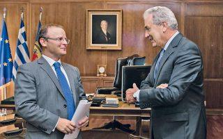 O υπουργός Eθνικής Aμυνας κ. Δημήτρης Aβραμόπουλος συναντήθηκε χθες στο γραφείο του με τον Bρετανό πρέσβη κ. John Kittmer.