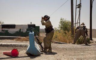 Κούρδος μαχητής κοντά στην Τζαλάουλα, που βρίσκεται στα χέρια του «Ισλαμικού Κράτους».