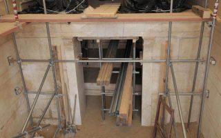 Ολοκληρώνονται από ημέρα σε ημέρα οι απαραίτητες εργασίες αντιστήριξης στον τοίχο των Σφιγγών, στο ταφικό μνημείο της Αμφίπολης. Σε απόλυτη προτεραιότητα των αρχαιολόγων βρίσκεται η θωράκισή του από τις καιρικές συνθήκες. Κατασκευάζεται προσωρινή στραγγιστική αύλαξ στην εξωτερική περίμετρο του περιβόλου για την απορροή ομβρίων υδάτων και τοποθετείται στεγανωτική μεμβράνη πίσω από την περιοχή του υπάρχοντος στεγάστρου προστασίας της εισόδου στον τάφο.