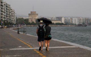 Μύρισε φθινόπωρο από χθες, ιδιαίτερα στη Θεσσαλονίκη όπου η ξαφνική βροχή άλλαξε το σκηνικό της πόλης.