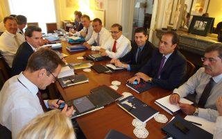 Η ελληνική αντιπροσωπεία, χθες στο Παρίσι, με εκπροσώπους της τρόικας.