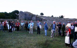 Το «Διάζωμα», το σωματείο των πολιτών που ίδρυσε ο Σταύρος Μπένος (η φωτογραφία τούς δείχνει στη Δωδώνη), προχωράει την αναπτυξιακή του πρόταση σε αρχαιολογικά πάρκα αξιοποιώντας ιδιωτικές χορηγίες και το ΕΣΠΑ.