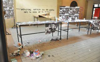 Η έλλειψη σύμβασης για την καθαριότητα του Πανεπιστημίου Αθηνών, μαζί με τη διάλυση της τεχνικής υπηρεσίας λόγω της διαθεσιμότητας, έχουν οδηγήσει το κτίριο της Νομικής στα πρόθυρα της εξαθλίωσης... Την ίδια στιγμή, «βέτο» στα σχέδια της κυβέρνησης για διαγραφή των λεγόμενων «αιώνιων» φοιτητών βάζει ο πρύτανης του ιδρύματος Θεόδωρος Φορτσάκης, ο οποίος θα προσκαλέσει όλους τους «λιμνάζοντες» –53.866– να δηλώσουν εάν επιθυμούν να πάρουν το πτυχίο τους.