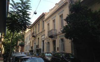 Σειρά διώροφων σπιτιών στην οδό Ζαΐμη προς την οδό Μετσόβου.