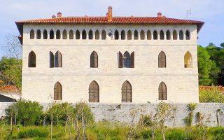 Το Καστέλο της Ροδοδάφνης, όπως ονόμασε η Δούκισσα τη θερινή της κατοικία στην Πεντέλη, σχεδιασμένο από τον αρχιτέκτονα Σταμάτη Κλεάνθη.