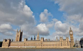 Εξέγερση αντιμετωπίζει από μερίδα βουλευτών του Συντηρητικού Κόμματος ο πρωθυπουργός Ντέιβιντ Κάμερον.
