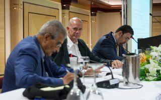 Από αριστερά: Οι κ. Αμάρτια Σεν, Ανδρ. Παπανδρέου και ο οικονομολόγος του ΜΙΤ Ντάρον Ατζέμογλου, κατά τη διάρκεια του χθεσινού συνεδρίου του Human Development & Capabilities Association.