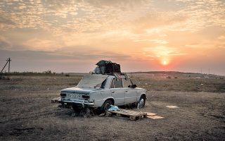 Δίπλα στο αυτοκίνητό τους κατασκήνωσαν οι Ουκρανοί πρόσφυγες, αφού πέρασαν τα σύνορα από την περιοχή του Ντονέτσκ.