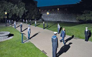 Αίσθηση μοναξιάς ανέδιδε η άφιξη του Γάλλου προέδρου Φρανσουά Ολάντ το βράδυ της Πέμπτης για το δείπνο στο κάστρο του Κάρντιφ, στη διάρκεια της συνόδου του ΝΑΤΟ στην Ουαλλία.