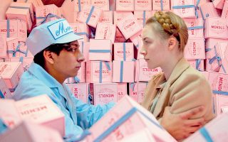 O Τόνι Ρεβολόρι και η Σάοϊρς Ρόναν σε ένα στιγμιότυπο από το «Ξενοδοχείο Grand Budapest» του Γουές Αντερσον.