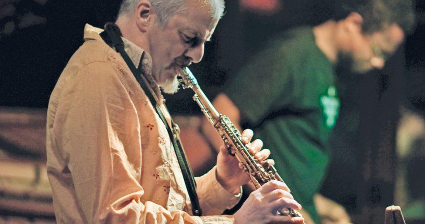 Ο Βρετανός σαξοφωνίστας Νατ Μπίρτσαλ κατά τη ζωντανή εμφάνισή του στη Λάρισα, στο μπαρ Duende, ένα χώρο που κατάφερε να γίνει σημείο αναφοράς για την ελληνική τζαζ σκηνή στα λίγα χρόνια που λειτούργησε στη Λάρισα.