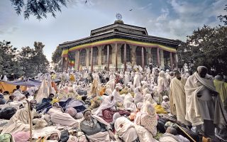Η έκθεση «Ethiopia. Spiritual Imprints», της Λίζης Μανωλά, είναι ένα συγκινητικό αφήγημα μέσα από 70 λήψεις, που εγκαινιάστηκε το περασμένο Σάββατο σε ειδικό εκθεσιακό χώρο του Fondatione Cini, το οποίο βρίσκεται δίπλα στο Αββαείο στο Σαν Τζόρτζιο Ματζόρε στη Βενετία.