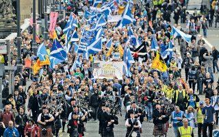 Υποστηρικτές της ανεξαρτησίας της Σκωτίας παρελαύνουν στο Εδιμβούργο, στις 21 Σεπτεμβρίου του 2013. Το περίφημο δημοψήφισμα απέχει πλέον λίγες εβδομάδες.