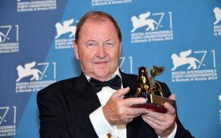 Η ταινία «Ενα περιστέρι κάθεται σε κλαδί αναλογιζόμενο την ύπαρξη» χάρισε τον Χρυσό Λέοντα στον Σουηδό σκηνοθέτη Ρόι Αντερσον.