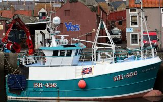 Η σημαία του Ηνωμένου Βασιλείου στο σκαρί της σκωτσέζικης βάρκας γίνεται όλο και πιο αχνή, ενώ το ΥES (ναι στην ανεξαρτησία) στο φόντο διακρίνεται όλο και πιο καθαρά όσο πλησιάζει η 18η Σεπτεμβρίου. Ενδεχόμενη απόσχιση της Σκωτίας είναι πιθανό να τερματίσει την πολιτική καριέρα του Βρετανού πρωθυπουργού Κάμερον.