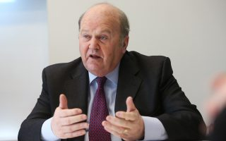 Ο Ιρλανδός υπουργός Οικονομικών Μάικλ Νούναν ζητεί την πρόωρη αποπληρωμή των 18 με 20 δισ. ευρώ που οφείλει η χώρα στο ΔΝΤ, σχεδιάζοντας αναχρηματοδότηση σε τρεις δόσεις των 5 δισ. ευρώ μέχρι τα τέλη του έτους.