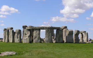 Μεγάλες οι ανακαλύψεις για το προϊστορικό μνημείο του Στόουνχεντζ που έκαναν Βρετανοί ερευνητές. Ανάμεσα στα άλλα που ανιχνεύθηκαν κατά τη χαρτογράφηση μιας έκτασης 12 τ. χλμ. γύρω από το μνημείο είναι 17 περιφερειακά τοποθετημένοι βωμοί, δεδομένο που δείχνει ότι στο μνημείο δεν συνέρρεαν μόνο λίγοι και εκλεκτοί.