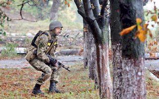 Ουκρανός στρατιώτης καλύπτεται, ακούγοντας πυρά πυροβολικού στο Ντεμπάλτσεβε.