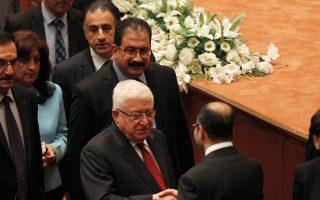 Ο Ιρακινός πρόεδρος Μασούμ (αριστερά) σφίγγει το χέρι του προέδρου του Κοινοβουλίου Σαλίμ αλ Τζαμπούρι, μετά τη συμφωνία που ανοίγει τον δρόμο για την ορκωμοσία της νέας κυβέρνησης.
