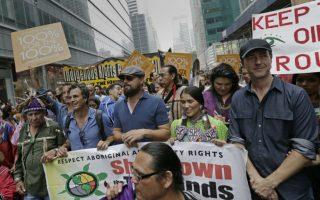 Το μεγαλύτερο κίνημα στον κόσμο; Την Κυριακή που μας πέρασε άνθρωποι κάθε ηλικίας συμμετείχαν ομαδικά  στο πλαίσιο του  «People's Climate March». Από την Μπογκοτά μέχρι τη Νέα Υόρκη, το Λονδίνο και το Παρίσι, οι δρόμοι πλημμύρισαν με κόσμο που διαδήλωσε για την επιτακτική ανάγκη να ληφθούν μέτρα για το περιβάλλον, με αφορμή την ειδική σύνοδο των Ηνωμένων Εθνών για την κλιματική αλλαγή και την ευχή να υπάρξει ένα διεθνές σχέδιο για την προστασία της γης. Στη Νέα Υόρκη ηγέτες, μουσικοί και σταρ του σινεμά βρέθηκαν στις επάλξεις μαζί με πλήθος κόσμου που με τα ευφάνταστα συνθήματα και κοστούμια του,  έκαναν τη διαδήλωση γιορτή. Μαζί με τον γενικό γραμματέα του ΟΗΕ Ban Ki-moon, μπορούσε κανείς να δει και τον  Γάλλο υπουργό Εξωτερικών  Laurent Fabius, τον πρώην αντιπρόεδρο των ΗΠΑ Al Gore,  αλλά και τους  εικονιζόμενους ηθοποιούς Leonardo DiCaprio (κέντρο), Edward Norton (δεξιά) και Mark Ruffalo.  EPA/PETER FOLEY