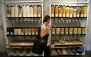 Χύμα για τη σωτηρία του περιβάλλοντος; Η ιδέα είναι απλή: πρέπει να αγοράζεις όσο καταναλώνεις. Έτσι, δεν πετάς στα σκουπίδια πολύτιμη τροφή που κοστίζει όχι μόνο στην τσέπη σου, αλλά πολύ περισσότερο στο περιβάλλον. Σε αυτή την πολύτιμη αρχή βασίζεται το Original Unverpackt, το παντοπωλείο που μπορείς να αγοράσεις τα πάντα χύμα. Αν φέρεις μπουκάλια, μπορείς να αγοράσεις κρασί ή βότκα, αν φέρεις βάζα, μπορείς να τα γεμίσεις με όσπρια ή μακαρόνια, τόσα, όσα χρειάζεσαι. Το ίδιο ισχύει και για προϊόντα όπως τα υγρά καθαρισμού ή ακόμα και  τις οδοντόπαστες. Αν τώρα το παντοπωλείο στο Βερολίνο σας μοιάζει πρωτοποριακό, σκεφθείτε πόσο μοιάζει με τα μπακάλικα του παρελθόντος. REUTERS/Fabrizio Bensch