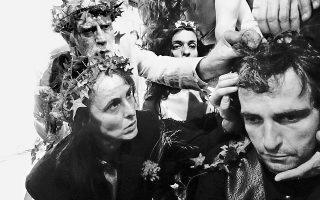 Οι μακροσκελείς, επαναλαμβανόμενες τελετουργίες του χορού δεν σήμαναν τη λογική ούτε και τον λόγο του κειμένου στις «Βάκχες» που σκηνοθέτησε η Αντζελα Μπρούσκου.