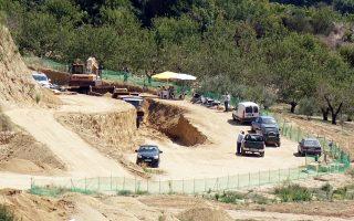 Οσο οι αρχαιολόγοι προχωρούν στα ενδότερα του τάφου, η Ελλάδα «αρχαιολογεί» και... τζογάρει.