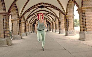Σκηνή από την κινηματογραφική ταινία «Τρέξε, Λόλα, τρέξε» (1998). Ο στοχαστής Μαρκ Ρόουλαντς έγινε δρομέας μεγάλων αποστάσεων συνειδητοποιώντας ότι το τρέξιμο είναι συνυφασμένο με την ανθρώπινη υπόσταση.