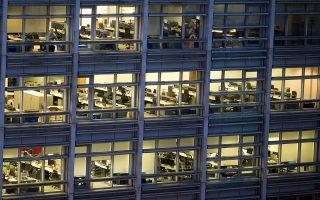 Στα γραφεία, μεγάλες αποικίες μικροβίων βρίσκονται σε κουμπιά ανελκυστήρων και αυτόματων μηχανημάτων πώλησης.