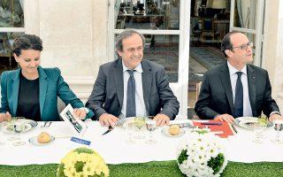 Με τις προετοιμασίες για τη διοργάνωση του ποδοσφαιρικού Euro 2016 ασχολήθηκε χθες ο πρόεδρος Ολάντ, σε σύσκεψη-γεύμα με την υπουργό Νατζάτ Βαλό-Μπελκασέμ και τον πρόεδρο της UEFA, Μισέλ Πλατινί.