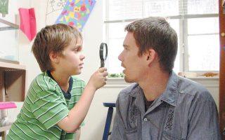 Ο Ιθαν Χοκ μαζί με τον κινηματογραφικό γιο του Ελαρ Κολτρέιν στο «Μεγαλώνοντας» του Ρίτσαρντ Λινκλέιτερ.