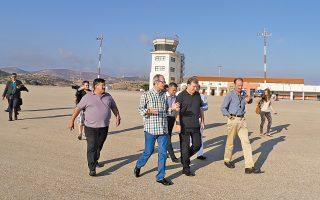 Ο υπουργός Υποδομών Μιχ. Χρυσοχοΐδης, κατά τη χθεσινή επίσκεψή του στα αεροδρόμια Σύρου και Πάρου.