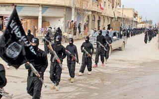 Μαχητές του «Ισλαμικού Κράτους» παρελαύνουν στο προπύργιό τους, την πόλη Ράκα της Συρίας, φέτος τον Ιανουάριο.