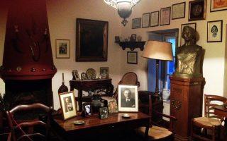 Αίθουσα του μουσείου. Δεσπόζει η μορφή της Λέλας Καραγιάννη, απογόνου της Μπουμπουλίνας.
