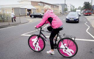 Οπαδός της ανεξαρτησίας της Σκωτίας επιδεικνύει την προτίμησή της στους τροχούς του ποδηλάτου της, χθες σε δρόμο της Γλασκώβης.