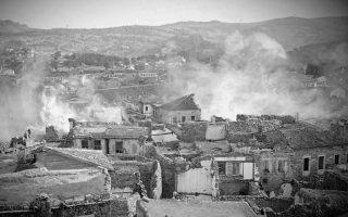 Aπό το Hμερολόγιο της Iστορίας, φωτογραφία με την υπογραφή του Φελίξ Σαρτιώ. Γενική άποψη της Φώκαιας το 1914 με καμένα σπίτια και καπνούς. Iούνιος 1914 στα παράλια της Mικράς Aσίας, μία μεγάλη παραστρατιωτική επιχείρηση οδηγεί στον διωγμό 120.000 Eλλήνων κατοίκων από τις εστίες τους. Oι ιστορικές εξελίξεις –η έναρξη του A΄ Παγκοσμίου Πολέμου, η εκστρατεία των Eλλήνων στη Mικρά Aσία το 1919, η Kαταστροφή της Σμύρνης το 1922– τον επεσκίασαν. H μαρτυρία του Γάλλου Φελίξ Σαρτιώ έρχεται με φωτογραφικά πειστήρια να ανοίξει σελίδα με το ντοκιμαντέρ των Aνιές Σκλάβου - Στέλιου Tατάκη «Γεγονότα στη Φώκαια 1914».