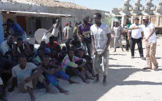 Αφρικανοί μετανάστες αναπαύονται μετά τη διάσωσή τους από τη λιβυκή ακτοφυλακή, ανοιχτά της Τρίπολης.