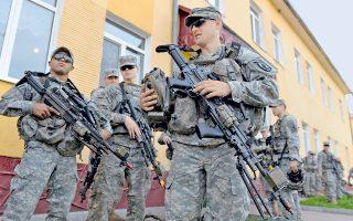Αμερικανοί στρατιώτες επιθεωρούν τον οπλισμό τους ενόψει ασκήσεων.