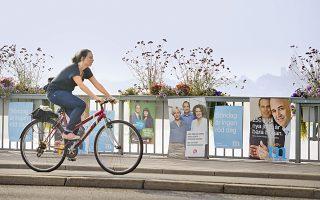 Νεαρή γυναίκα πάει στη δουλειά της με το ποδήλατο, στο κέντρο της Στοκχόλμης, στη Σουηδία.