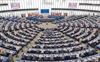 Ομιλία του Ουκρανού προέδρου παρακολουθούν, μέσω βίντεο, μέλη του Ευρωπαϊκού Κοινοβουλίου στο Στρασβούργο. Ο Πέτρο Ποροσένκο υπενθύμισε ότι χιλιάδες ζωές έχουν χαθεί εξαιτίας των εχθροπραξιών.