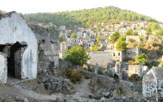 Γενική άποψη του Λιβισίου. Διακρίνονται δύο εκκλησίες και στο βάθος το ερειπωμένο χωριό.