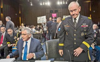 Σκεπτικός φαίνεται ο στρατηγός Μάρτιν Ε. Ντέμπσεϊ, αρχηγός του γενικού επιτελείου ενόπλων δυνάμεων των ΗΠΑ, όρθιος δίπλα στον Αμερικανό υπουργό Αμυνας, Τσακ Χέιγκελ. Ο στρατηγός Ντέμπσεϊ άφησε ανοικτό το ενδεχόμενο ανάπτυξης χερσαίων δυνάμεων εναντίον των τζιχαντιστών του ISIS. Νωρίτερα, ο Τούρκος πρωθυπουργός Αχμέτ Νταβούτογλου διέψευσε δημοσίευμα των New York Times, σύμφωνα με το οποίο πολλοί Τούρκοι στρατολογούνται από το ΙSIS.