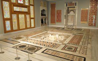 Aπό τις σημαντικότερες συλλογές του κόσμου εκθέτει το Μουσείο Ισλαμικής Τέχνης του Μουσείου Μπενάκη, στην οδό Αγίων Ασωμάτων.